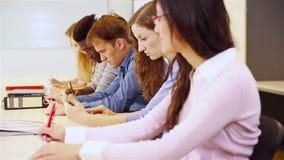 Groep studenten die op universiteit bestuderen stock video