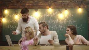 Groep studenten die samen in een klaslokaal bestuderen Groep Tienerstudenten die op Project in Klaslokaal samenwerken stock videobeelden