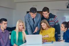Groep studenten die suppport van leraar krijgen royalty-vrije stock foto