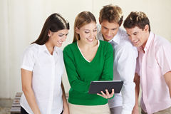 Groep studenten die tablet bekijken Stock Afbeeldingen