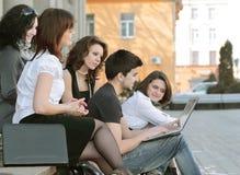 Groep studenten die via Internet communiceren die laptop met behulp van stock fotografie
