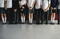 Groep studenten die zich in de rij bevinden stock foto's