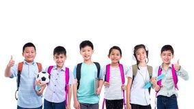Groep studenten die zich over witte achtergrond bevinden stock afbeelding