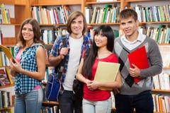 Groep studenten in een bibliotheek Stock Foto