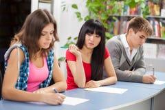Groep studenten in een klaslokaal royalty-vrije stock foto