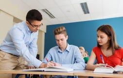 Groep studenten en leraar bij schoolklaslokaal Royalty-vrije Stock Afbeeldingen