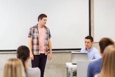 Groep studenten en leraar in klaslokaal Stock Fotografie
