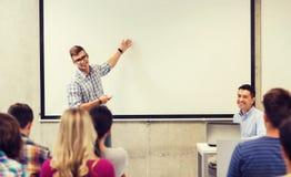 Groep studenten en leraar in klaslokaal Royalty-vrije Stock Afbeelding