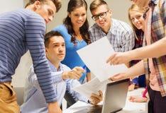 Groep studenten en leraar met laptop Stock Foto's
