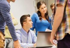 Groep studenten en leraar met laptop Royalty-vrije Stock Fotografie