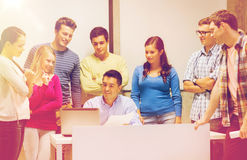 Groep studenten en leraar met laptop Stock Foto