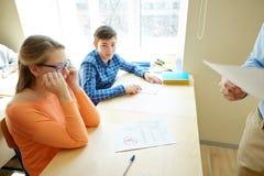 Groep studenten en leraar met testresultaten Stock Fotografie