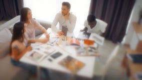 Groep studenten of jong commercieel team die aan een project werken stock videobeelden