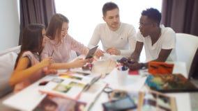 Groep studenten of jong commercieel team die aan een project werken stock video