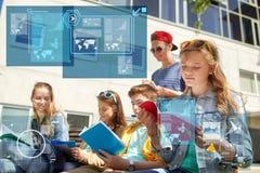 Groep studenten met notitieboekjes bij schoolwerf Royalty-vrije Stock Afbeeldingen