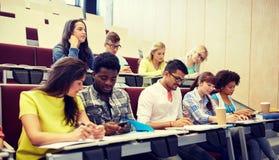 Groep studenten met smartphone bij lezing stock afbeelding