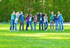 Groep studenten op het gras stock foto's