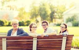 Groep studenten of tieners die uit hangen Stock Afbeelding