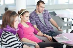 Groep studenten tijdens een rem royalty-vrije stock foto