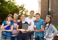 Groep studenten tijdens een rem stock foto