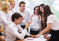 Groep studenten tijdens een rem tussen klassen Stock Foto's