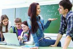Groep studentenn klaslokaal Royalty-vrije Stock Afbeeldingen