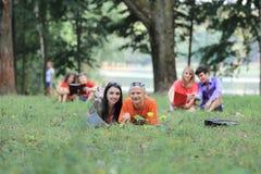 Groep studentenparen die voor examens in het stadspark voorbereidingen treffen stock afbeeldingen