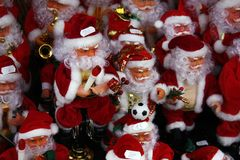 Groep stuk speelgoed Kerstman in rood met muzikale instrumenten en voetbalbal stock fotografie