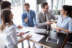 Groep succesvolle bedrijfsmensen aan het werk in bureau royalty-vrije stock foto's
