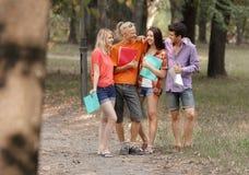 Groep succesvolle studenten die zich in een stadspark bevinden stock afbeelding