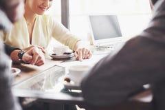 Groep terloops gekleed zakenlui die ideeën bespreken De creatieve die beroeps worden verzameld voor bespreken belangrijk stock afbeeldingen