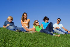 Groep tienerjaren het ontspannen Stock Foto's