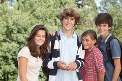 Groep tienerjaren na school stock afbeeldingen