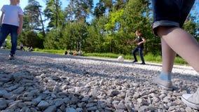 Groep tieners die na de voetbal van de bal speelwerf in de zomerdag in het park lopen stock videobeelden