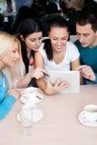 Groep tieners die tabletaanraking gebruiken stock afbeeldingen