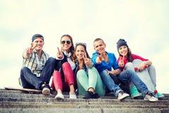 Groep tieners die vinger vijf tonen Stock Afbeelding