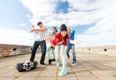 Groep tieners het dansen Royalty-vrije Stock Foto's