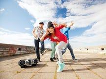 Groep tieners het dansen stock fotografie