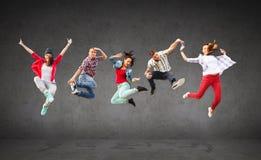 Groep tieners het springen Stock Foto's