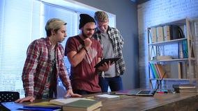 Groep tieners in klaslokaal met een tabletpc stock videobeelden
