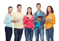 Groep tieners met smartphones en tabletpc Stock Foto's