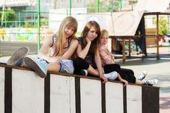 Groep tieners op de speelplaats Stock Foto's