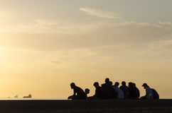 Groep tieners in zonsondergang Royalty-vrije Stock Foto's