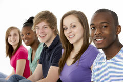 Groep TienerVrienden in Studio Stock Afbeelding