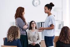 Groep tijdens psychologische therapie, die voor vrouwenconcept opleiden stock afbeeldingen