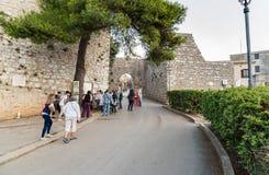 Groep toeristen dichtbij de ingang aan middeleeuws Venus Castle in historische stad Erice stock afbeelding