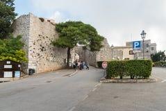 Groep toeristen dichtbij de ingang aan middeleeuws Venus Castle in historische stad Erice stock afbeeldingen
