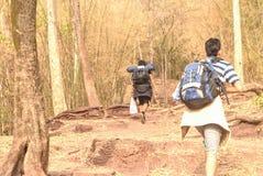 Groep Toeristen die Bergopwaartse mountine van Phu lopen Kradueng Reis Stock Afbeelding