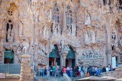 Groep toeristen die bij de ingang van Sagrada Familia een rij vormen royalty-vrije stock fotografie