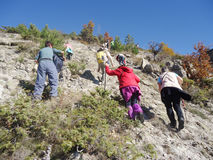 Groep toeristen die in de berg wandelen royalty-vrije stock foto
